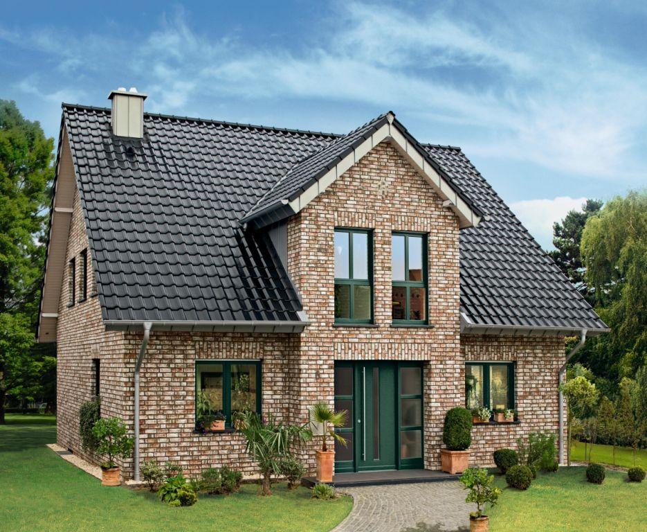 Dach, elewacja i otoczenie domu z cegłą klinkierową