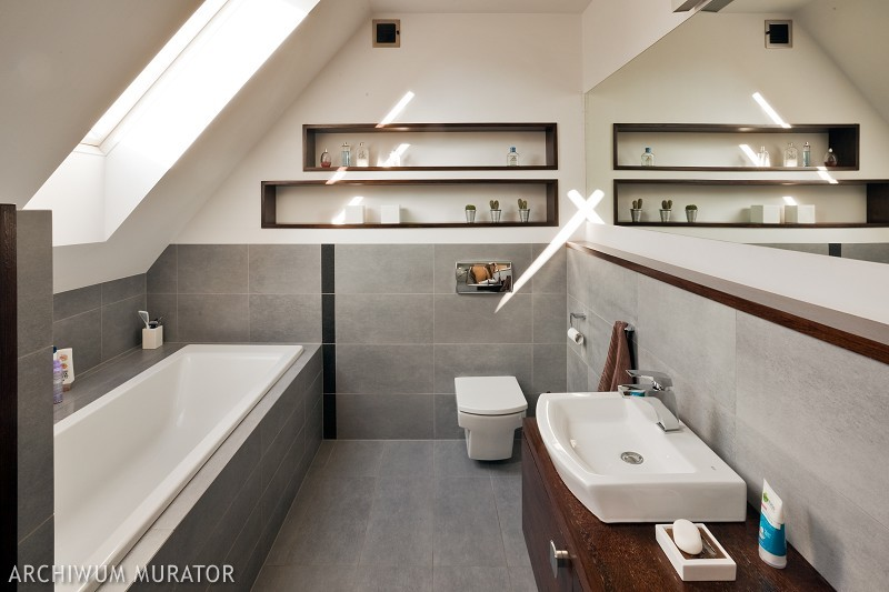 Łazienka w domu, w którym rządzą beton i drewno