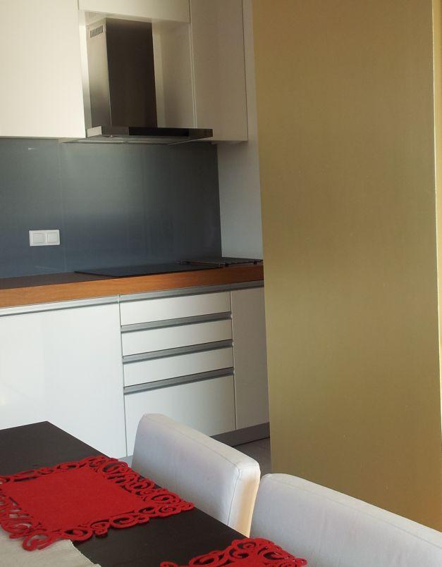 Złota ściana w kuchni połączonej z salonem