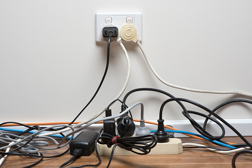 Jak ukryć kable w domu? Wypróbuj 6 sposobów na uporządkowanie kabli