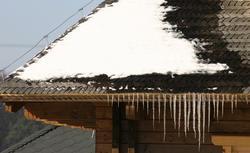 Kable grzewcze na dachu? Tak ochronisz dachy i rynny przed śniegiem
