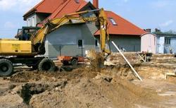Wykop pod fundament: kiedy na budowie lepiej użyć koparki?
