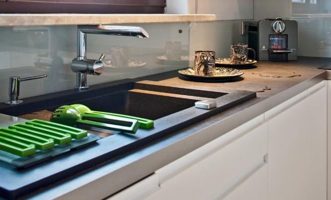 Co między szafkami kuchennymi? Blacha, szkło, konglomerat
