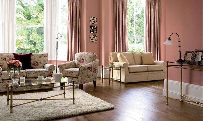Salon z różowymi ścianami
