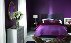 Fioletowa sypialnia ze zmysłową nutą. Zobacz galerię inspirujących aranżacji fioletowych sypialni
