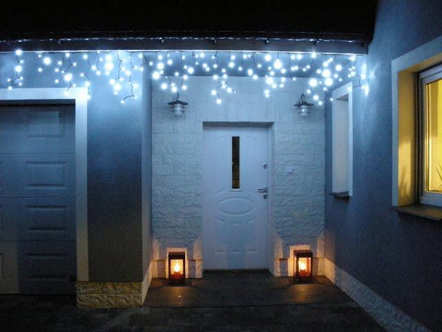 Zimne światło w dekoracji świątecznej