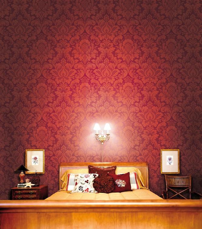 Czerwona tapeta w sypialni