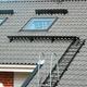Montaż wyłazów dachowych i stopni kominiarskich: kiedy musisz wykonać te zabezpieczenia?