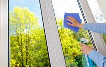 Mycie okien. Powitaj wiosnę lśniącymi oknami
