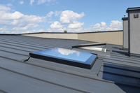 Okna do dachów płaskich. Jak je wybrać i jak montować?