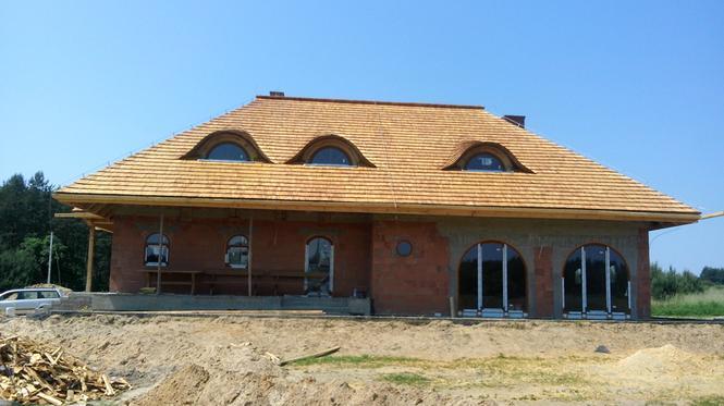 Dom pokryty gontem drewnianym