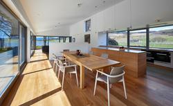 Top trendy okienne - duże przeszklenia, jasne kolory naturalnego drewna, minimalistyczny design