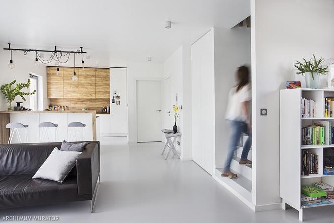Białe ściany w nowoczesnym wnętrzu