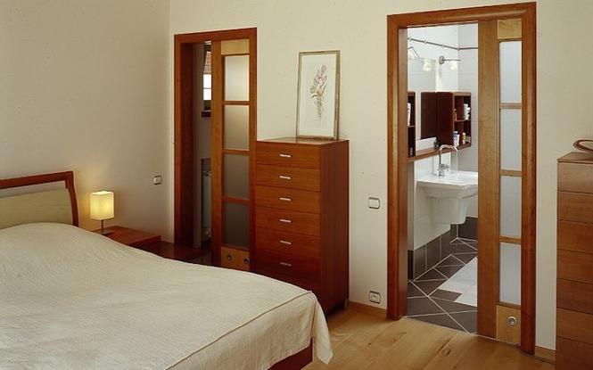 Drzwi wewnętrzne pełne czy przeszklone? Jakie drzwi sprawdzą się w łazience, a jakie w sypialni i pokoju dziecka?