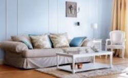Aranżacja wnętrza w stylu klasycznym. Niebieskie ściany, stylowe meble
