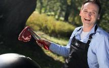 Pascal Brodnicki poleca: grillowane steki wołowe z niebieskim sosem z sera pleśniowego