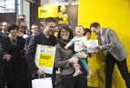 <p>Magdalena Górnik i Mateusz Górnik z córką. Architekci otrzymali wyróżnienie honorowe oraz nagrodę firmy FAKRO za pracę 008.</p>
